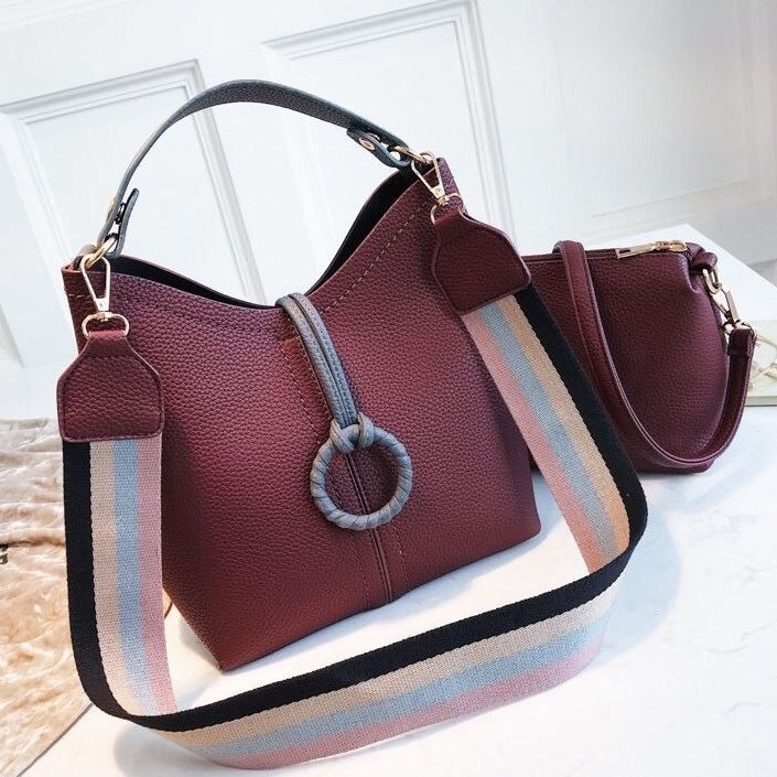 B02959 (2IN1) JKT IDR.192.000 MATERIAL PU SIZE L23XH25XW11CM WEIGHT 750GR COLOR PURPLE