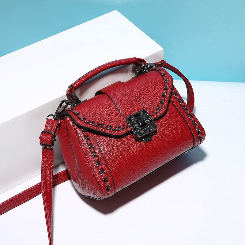 B0880 IDR.165.000 MATERIAL PU SIZE L21XH15XW11CM WEIGHT 550GR COLOR WINE