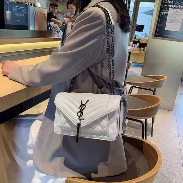 B134340 IDR.144.000 MATERIAL PU SIZE L23.5XH15XW9CM WEIGHT 550GR COLOR WHITE