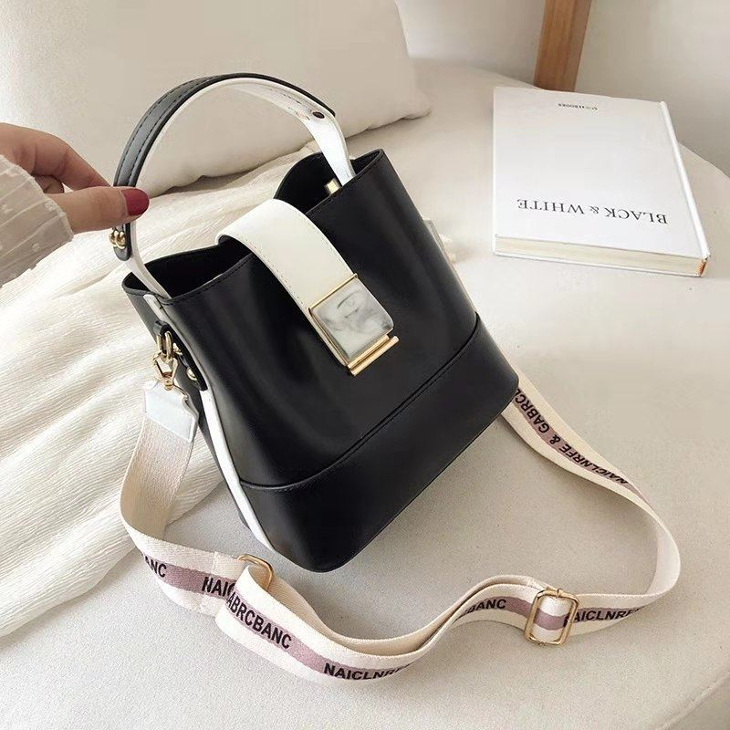 B15856 JKT IDR.177.000 MATERIAL PU SIZE L19XH19XW12CM WEIGHT 600GR COLOR BLACK