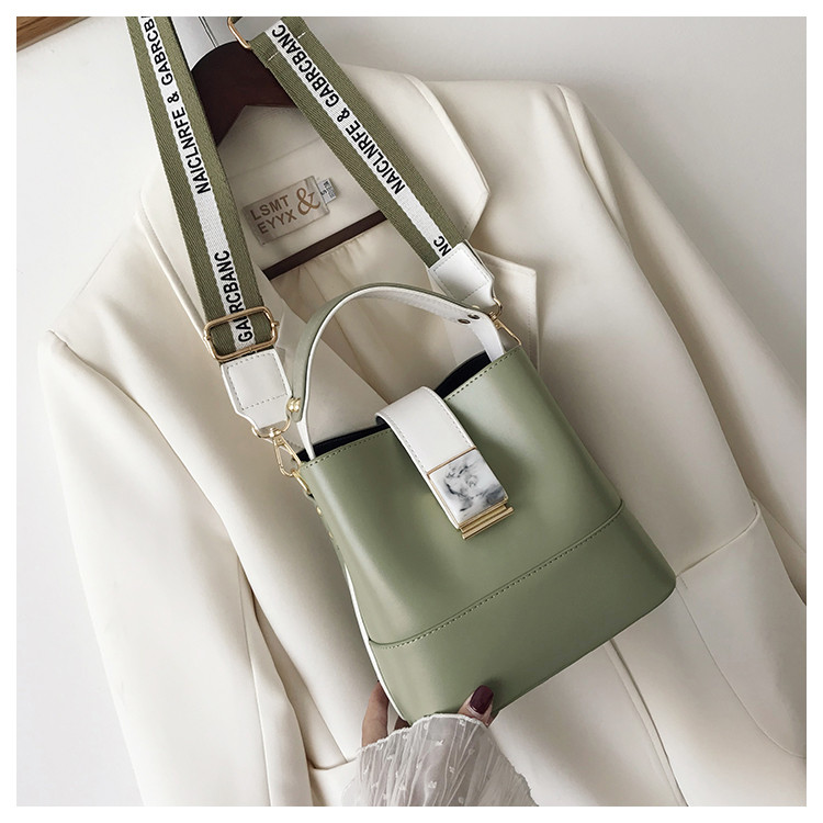 B15856 JKT IDR.177.000 MATERIAL PU SIZE L19XH19XW12CM WEIGHT 600GR COLOR GREEN