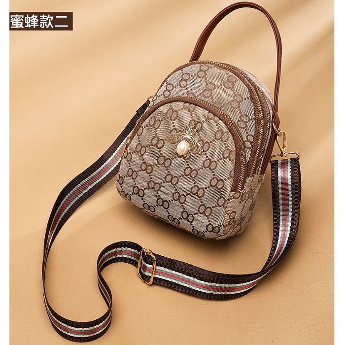 B1606A JKT IDR.158.000 MATERIAL PU SIZE L13XH18XW8CM WEIGHT 250GR COLOR BROWNBEE