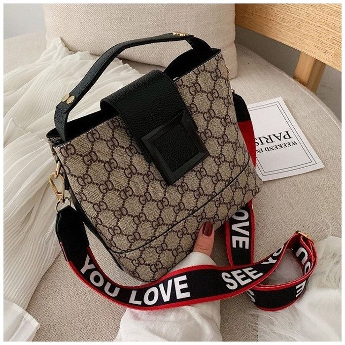 B17843 JKT IDR.169.000 MATERIAL PU SIZE L22XH18XW12CM WEIGHT 550GR COLOR BLACK