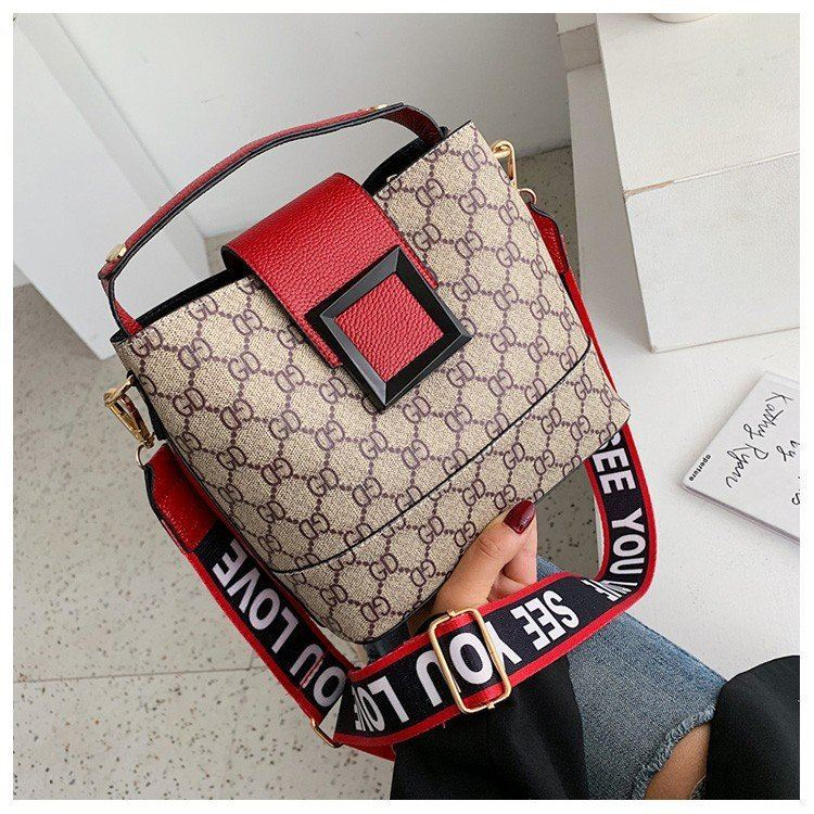 B17843 JKT IDR.169.000 MATERIAL PU SIZE L22XH18XW12CM WEIGHT 550GR COLOR RED