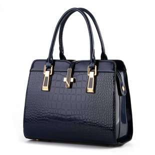 B2702 JKT IDR.212.000  MATERIAL PU SIZE L33XH25XW15CM WEIGHT 900GR COLOR BLUE
