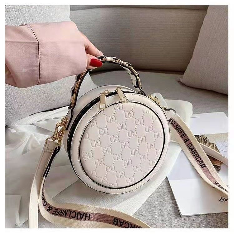 B313474 JKT IDR.171.000 MATERIAL PU SIZE L18.5XH18.5XW8CM WEIGHT 550GR COLOR WHITE