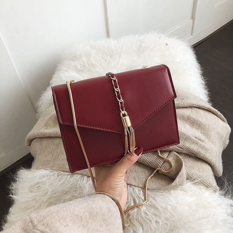 B5530 JKT IDR.155.000 MATERIAL PU SIZE L20XH13.5XW7.5CM WEIGHT 500GR COLOR WINE