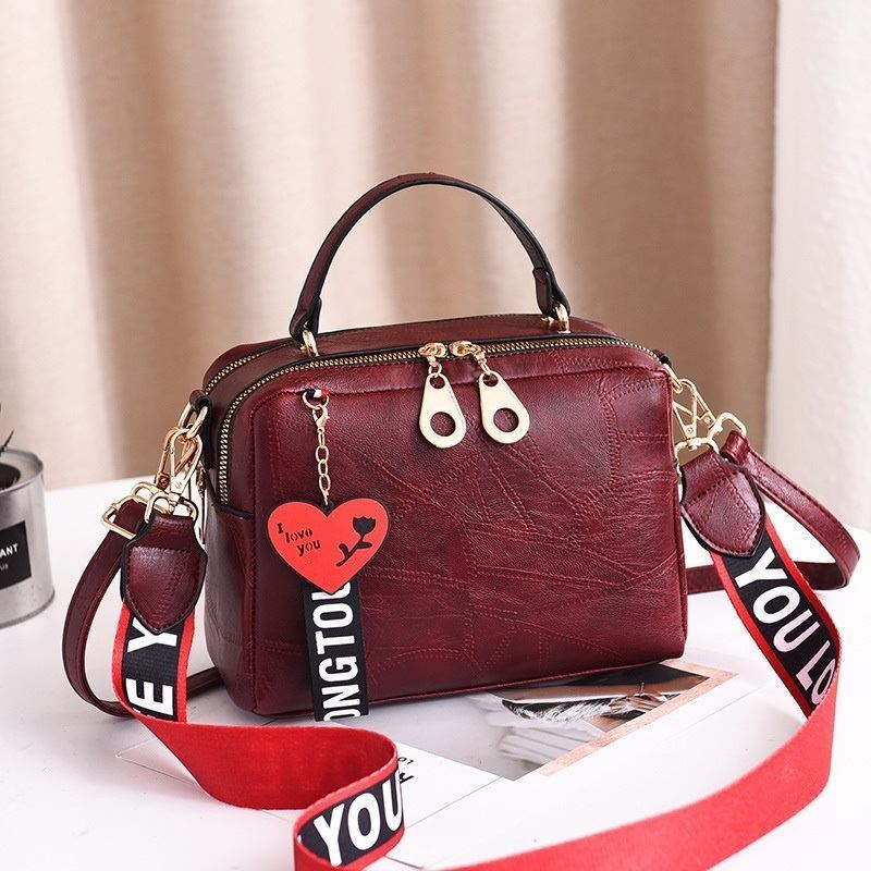 B6366 JKT IDR.170.000 MATERIAL PU SIZE L23XH16XW8CM WEIGHT 650GR COLOR WINE