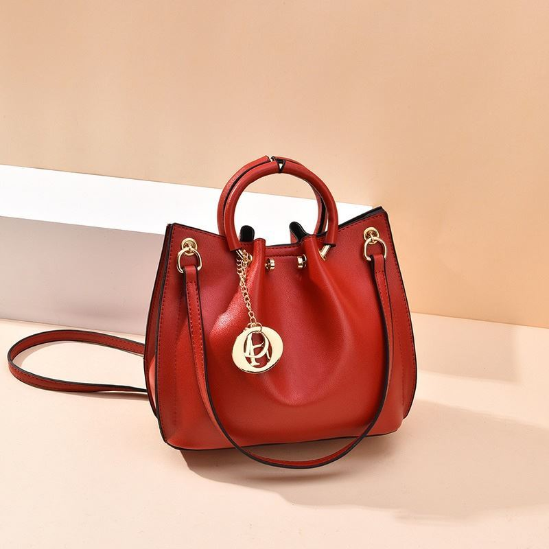 B6821 JKT IDR.180.000 MATERIAL PU SIZE L21XH20XW11CM WEIGHT 650GR COLOR RED