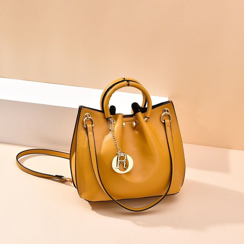 B6821 JKT IDR.180.000 MATERIAL PU SIZE L21XH20XW11CM WEIGHT 650GR COLOR YELLOW