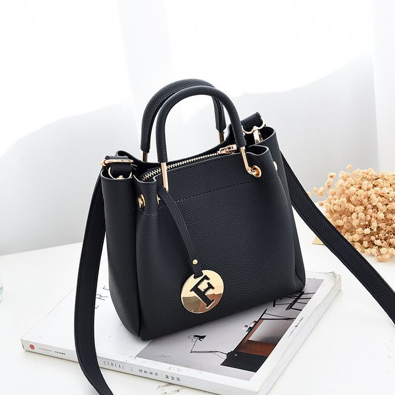B6822 JKT IDR.169.000 MATERIAL PU SIZE L19XH18XW9CM WEIGHT 650GR COLOR BLACK