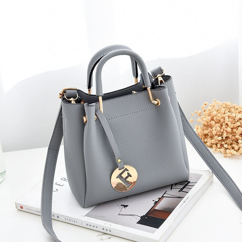 B6822 JKT IDR.169.000 MATERIAL PU SIZE L19XH18XW9CM WEIGHT 650GR COLOR GRAY