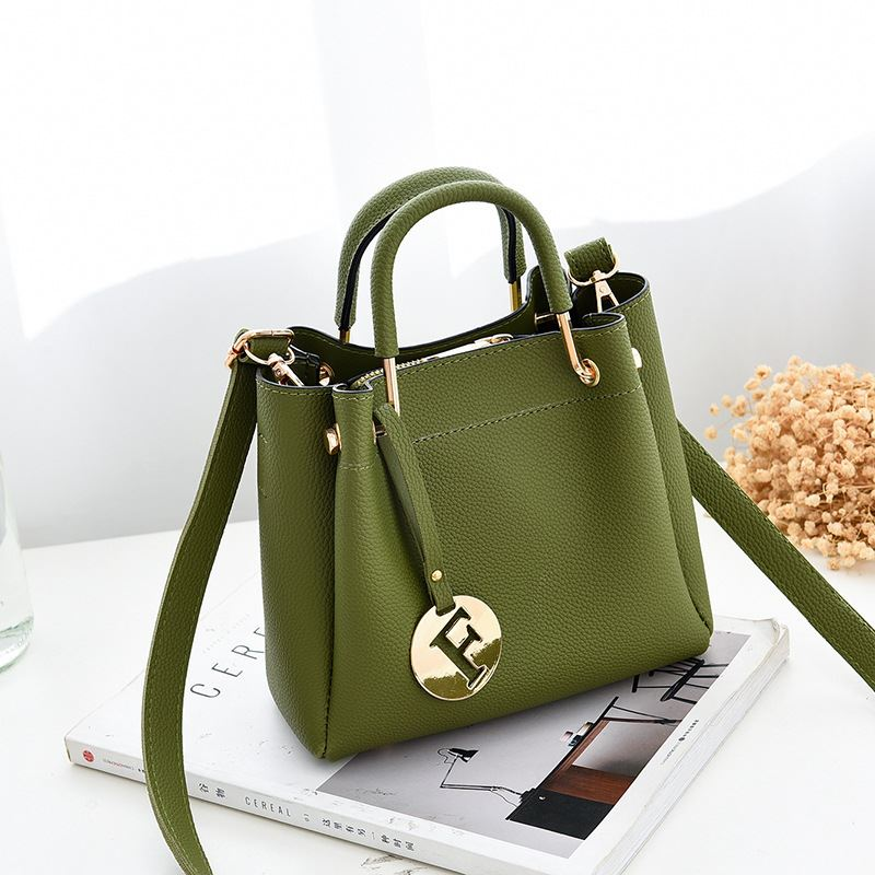 B6822 JKT IDR.169.000 MATERIAL PU SIZE L19XH18XW9CM WEIGHT 650GR COLOR GREEN