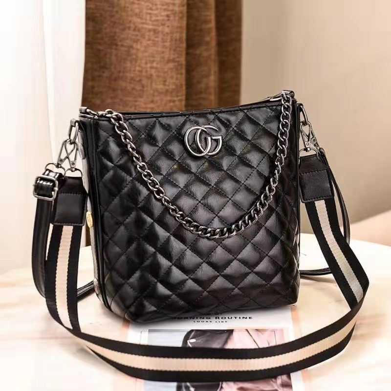 B6826 JKT IDR.182.000 MATERIAL PU SIZE L22XH24XW14CM WEIGHT 700GR COLOR BLACK
