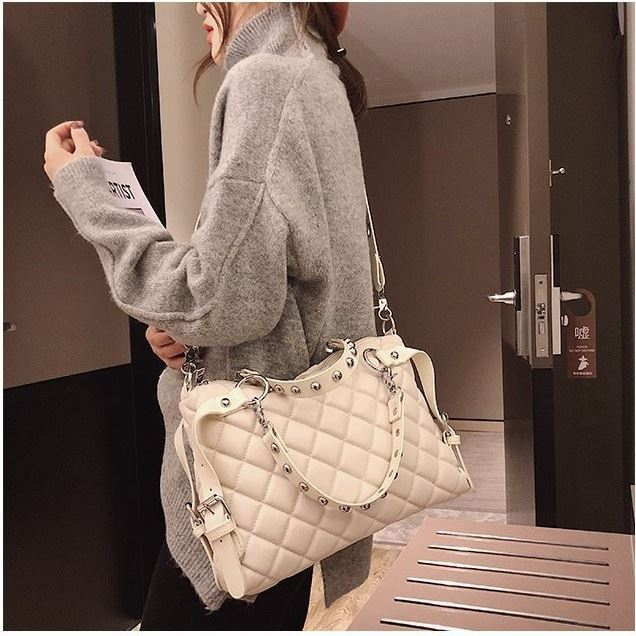 B6876 JKT IDR 185.000 MATERIAL PU SIZE L36XH23XW9CM WEIGHT 750GR COLOR BEIGE