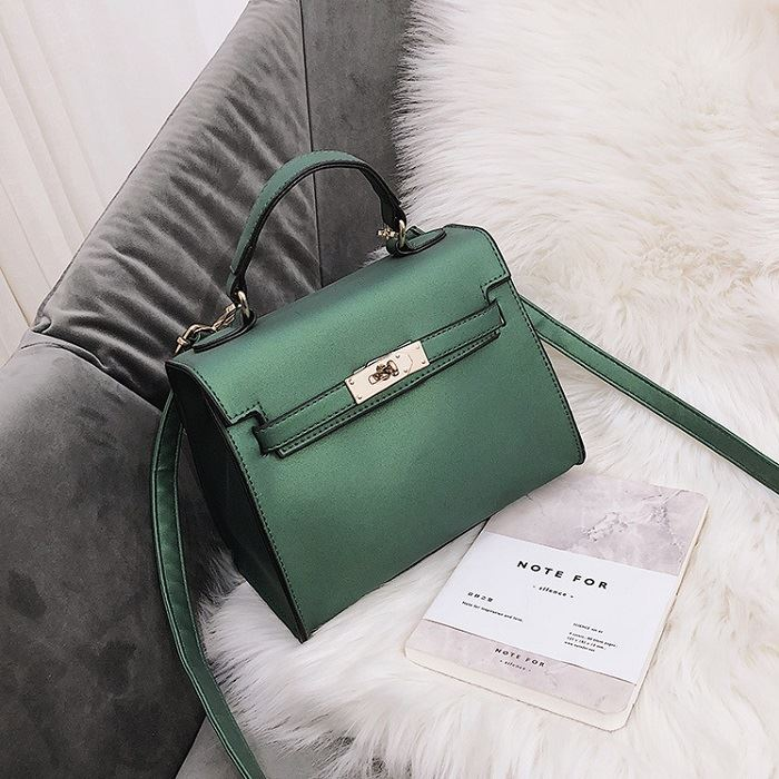 B753 JKT IDR.147.000 MATERIAL PU SIZE L22XH18XW12CM WEIGHT 600GR COLOR GREEN