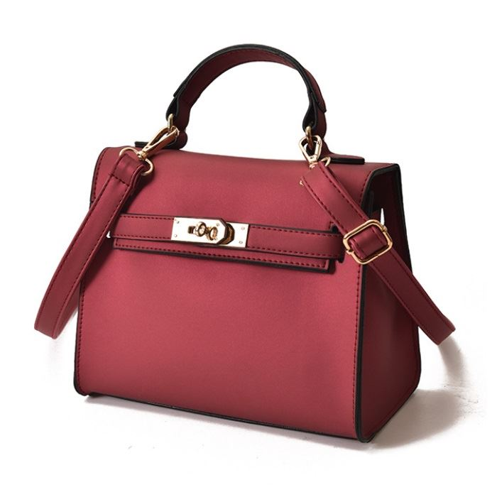 B753 JKT IDR.147.000 MATERIAL PU SIZE L22XH18XW12CM WEIGHT 600GR COLOR RED