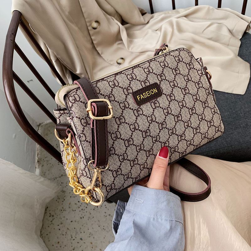 B8074 JKT IDR.166.000 MATERIAL PU SIZE L24XH17XW10CM WEIGHT 420GR COLOR GD