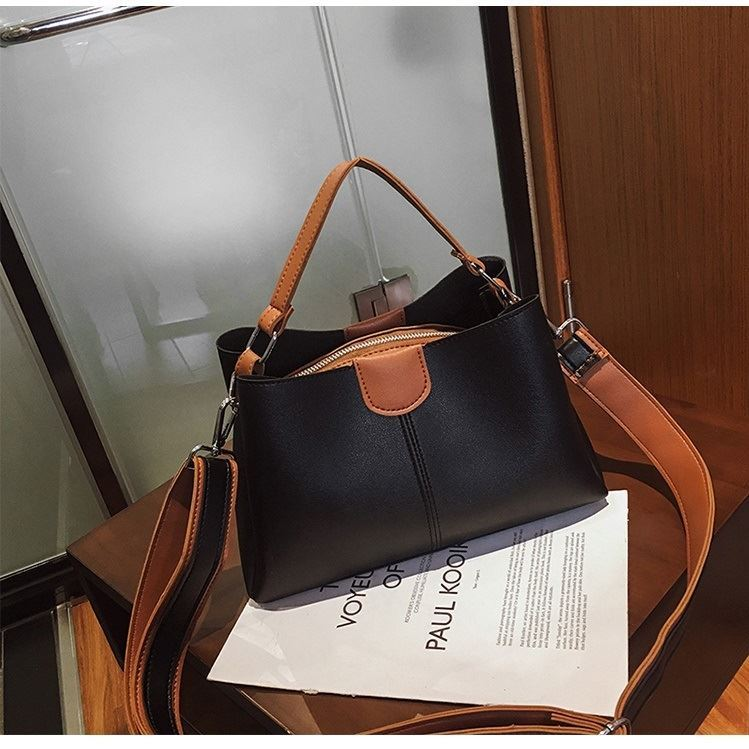 B8088 JKT IDR.150.000 MATERIAL PU SIZE L27XH17XW10CM WEIGHT 550GR COLOR BLACK