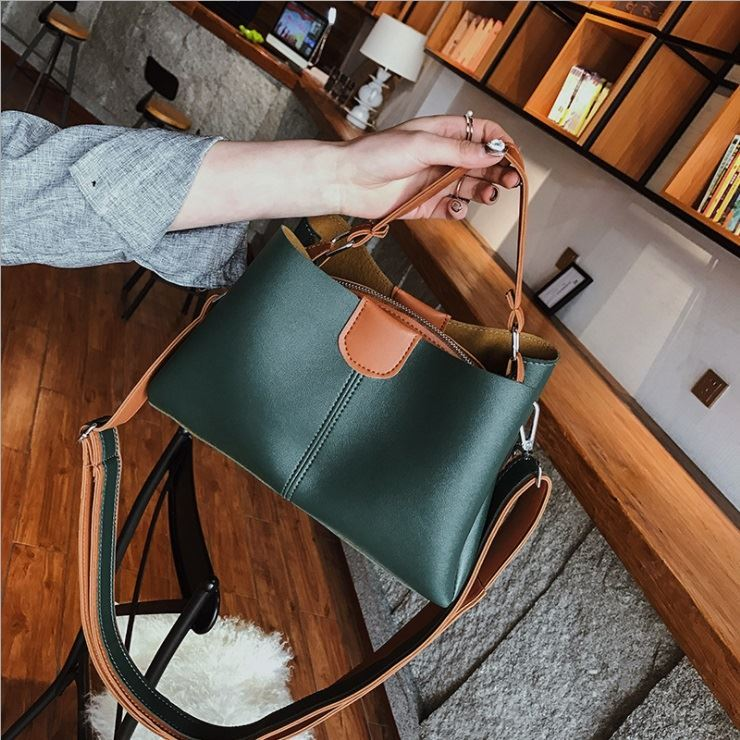 B8088 JKT IDR.150.000 MATERIAL PU SIZE L27XH17XW10CM WEIGHT 550GR COLOR GREEN