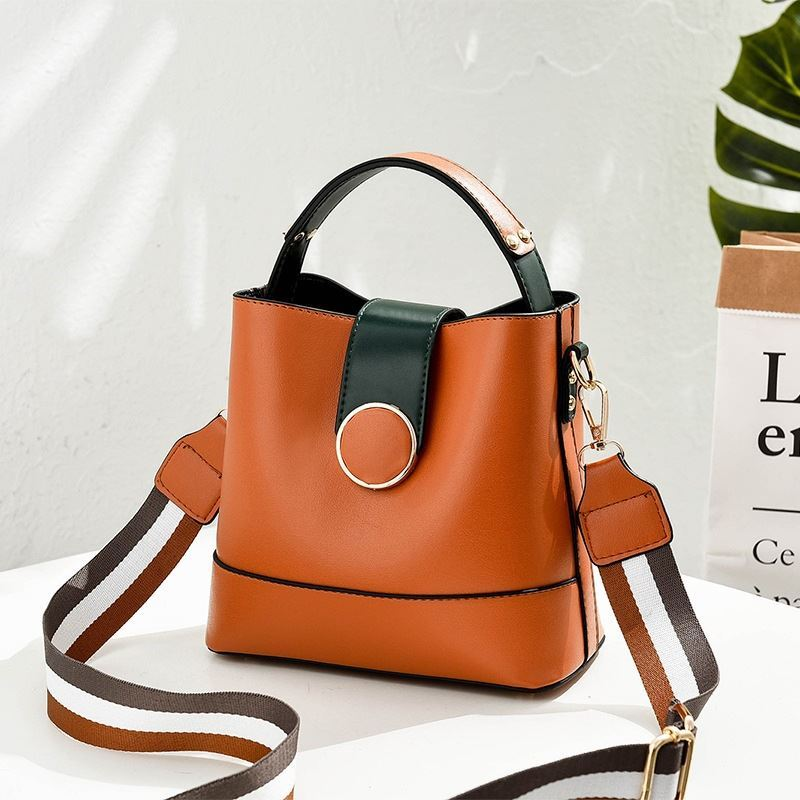 B8189 JKT IDR.161.000 MATERIAL PU SIZE L21XH19XW12CM WEIGHT 550GR COLOR BROWN