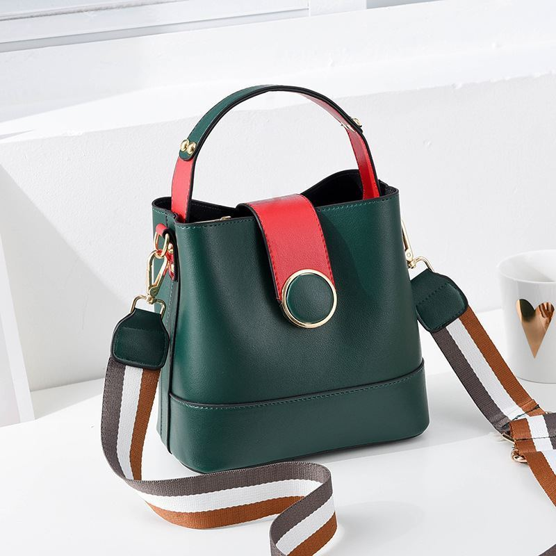 B8189 JKT IDR.161.000 MATERIAL PU SIZE L21XH19XW12CM WEIGHT 550GR COLOR GREEN