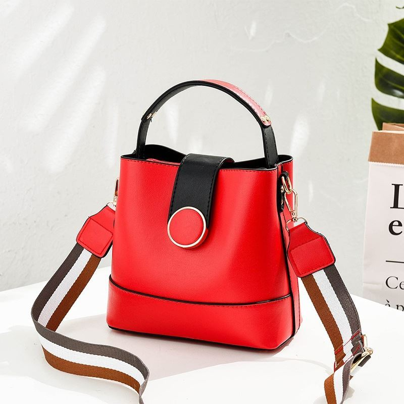 B8189 JKT IDR.161.000 MATERIAL PU SIZE L21XH19XW12CM WEIGHT 550GR COLOR RED
