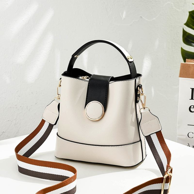 B8189 JKT IDR.161.000 MATERIAL PU SIZE L21XH19XW12CM WEIGHT 550GR COLOR WHITE