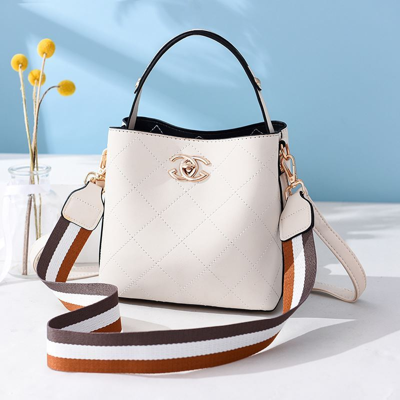 B822 JKT IDR.174.000 MATERIAL PU SIZE L21XH18.5XW11.5CM WEIGHT 650GR COLOR BEIGE