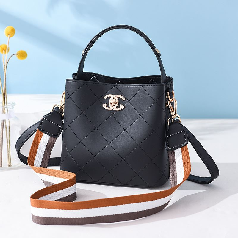B822 JKT IDR.174.000 MATERIAL PU SIZE L21XH18.5XW11.5CM WEIGHT 650GR COLOR BLACK