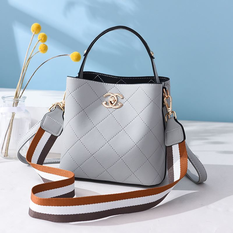 B822 JKT IDR.174.000 MATERIAL PU SIZE L21XH18.5XW11.5CM WEIGHT 650GR COLOR GRAY
