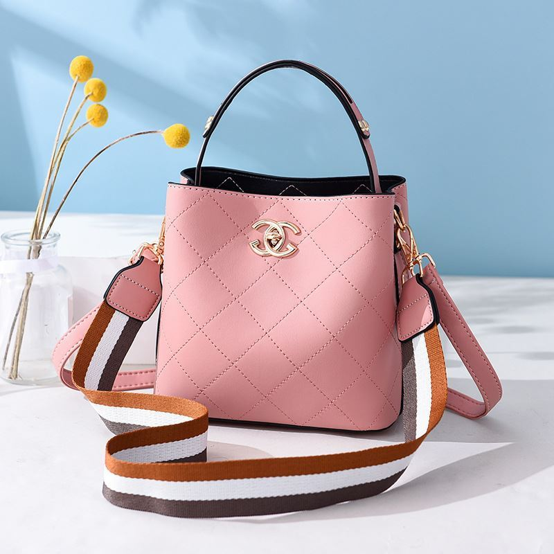 B822 JKT IDR.174.000 MATERIAL PU SIZE L21XH18.5XW11.5CM WEIGHT 650GR COLOR PINK