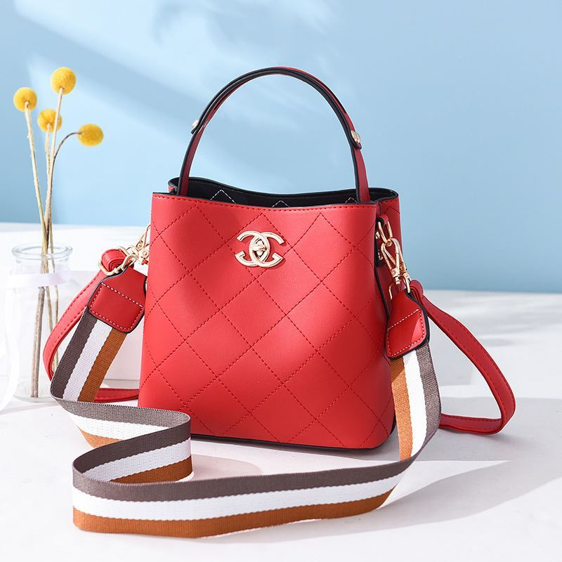 B822 JKT IDR.174.000 MATERIAL PU SIZE L21XH18.5XW11.5CM WEIGHT 650GR COLOR RED