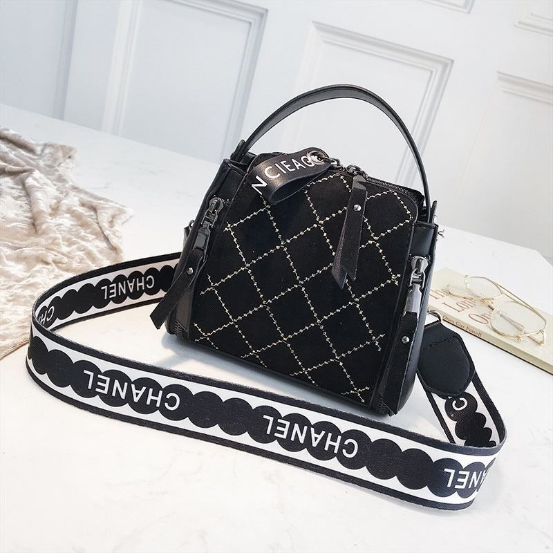 B8228 IDR.172.000 MATERIAL PU SIZE L18XH15XW11CM WEIGHT 450GR COLOR BLACK