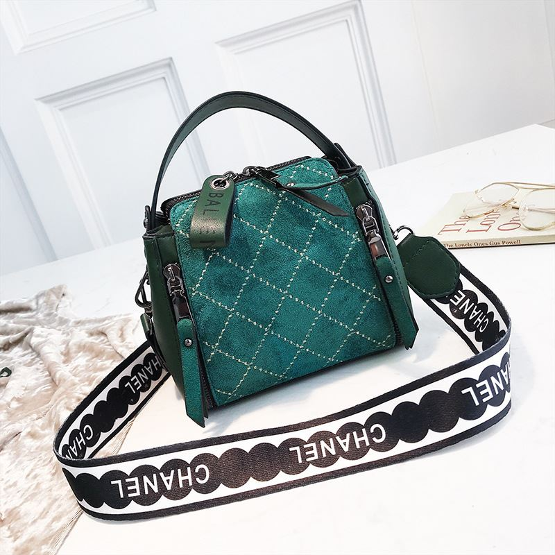 B8228 IDR.172.000 MATERIAL PU SIZE L18XH15XW11CM WEIGHT 450GR COLOR GREEN