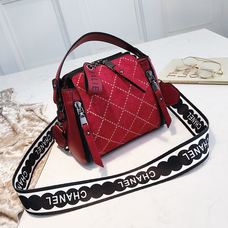 B8228 IDR.172.000 MATERIAL PU SIZE L18XH15XW11CM WEIGHT 450GR COLOR RED