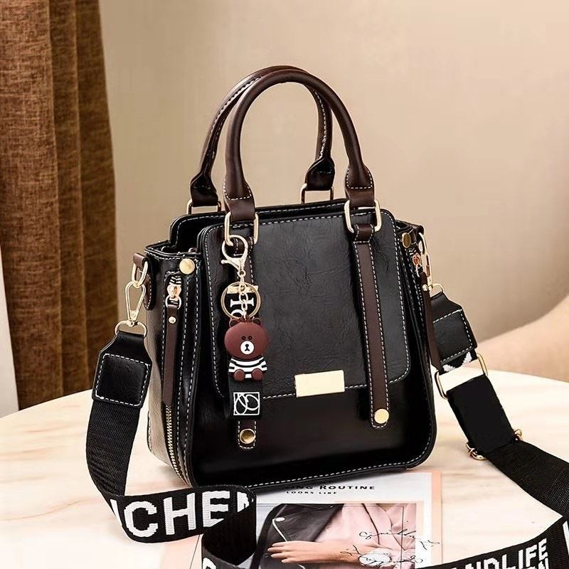 B8491 JKT IDR.179.000 MATERIAL PU SIZE L21XH21XW11CM WEIGHT 650GR COLOR BLACK