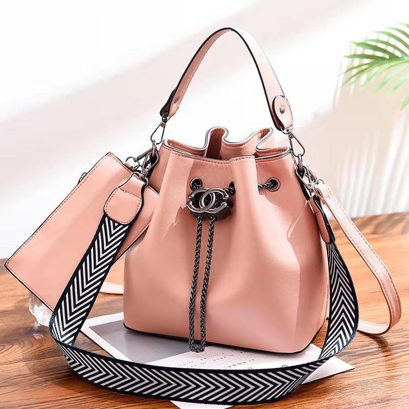 B88012 (2IN1) JKT IDR.193.000 MATERIAL PU SIZE L23XH22.5XW14.5CM WEIGHT 850GR COLOR PINK