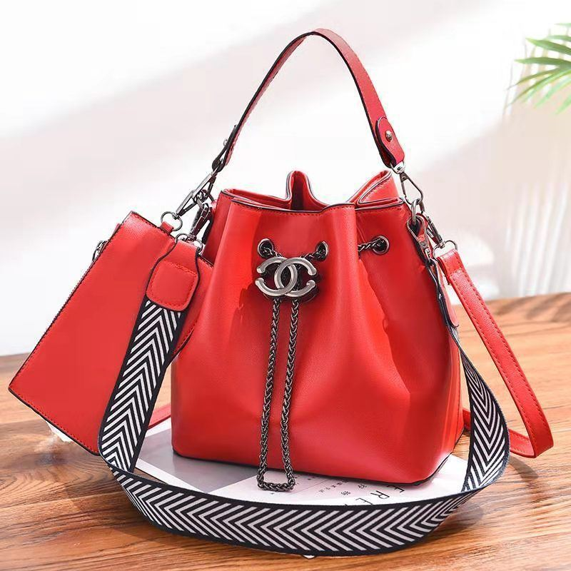 B88012 (2IN1) JKT IDR.193.000 MATERIAL PU SIZE L23XH22.5XW14.5CM WEIGHT 850GR COLOR RED