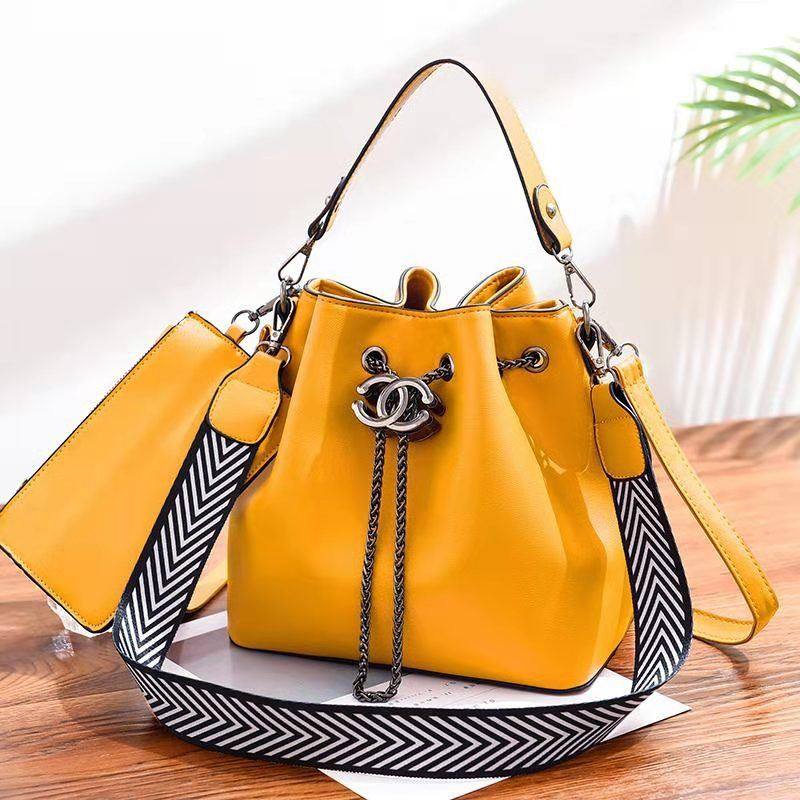 B88012 (2IN1) JKT IDR.193.000 MATERIAL PU SIZE L23XH22.5XW14.5CM WEIGHT 850GR COLOR YELLOW
