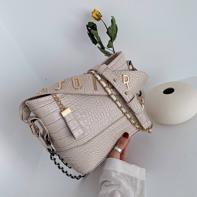 B9170 JKT IDR.167.000 MATERIAL PU SIZE L24XH19XW8CM WEIGHT 550GR COLOR BEIGE