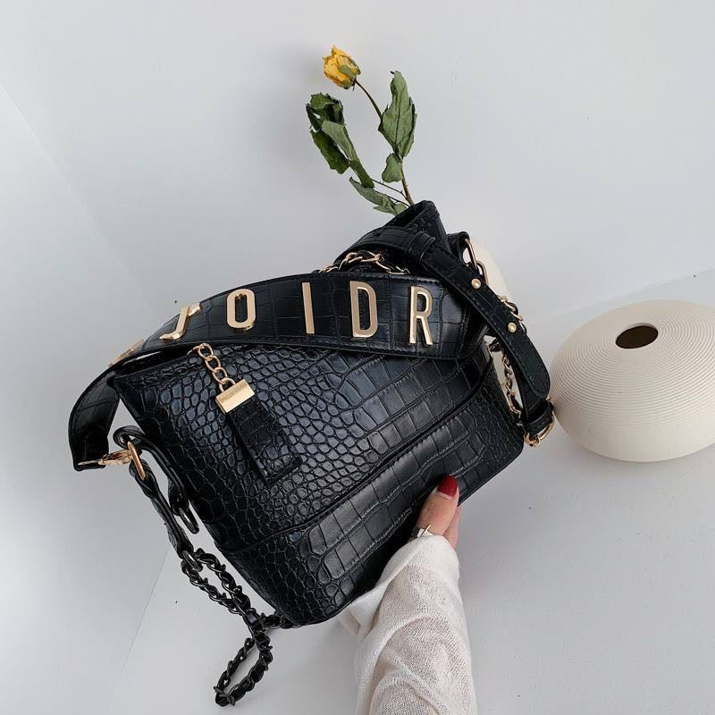 B9170 JKT IDR.167.000 MATERIAL PU SIZE L24XH19XW8CM WEIGHT 550GR COLOR BLACK