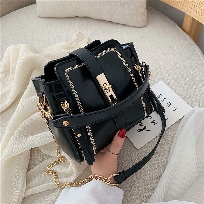 B9309 JKT IDR.178.000 MATERIAL PU SIZE L19XH17XW11CM WEIGHT 500GR COLOR BLACK