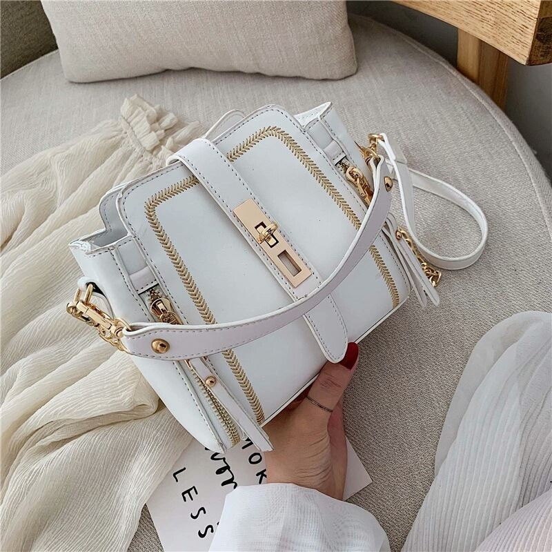 B9309 JKT IDR.178.000 MATERIAL PU SIZE L19XH17XW11CM WEIGHT 500GR COLOR WHITE