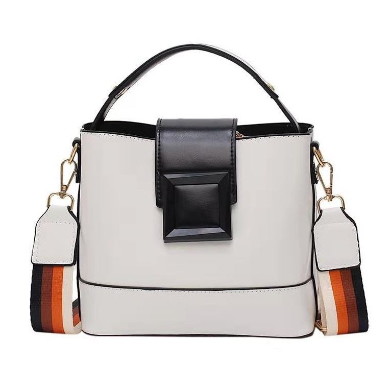 BTH120421 JKT IDR.59.000 MATERIAL PU SIZE L21XH18.5XW11.5CM WEIGHT 600GR COLOR WHITE