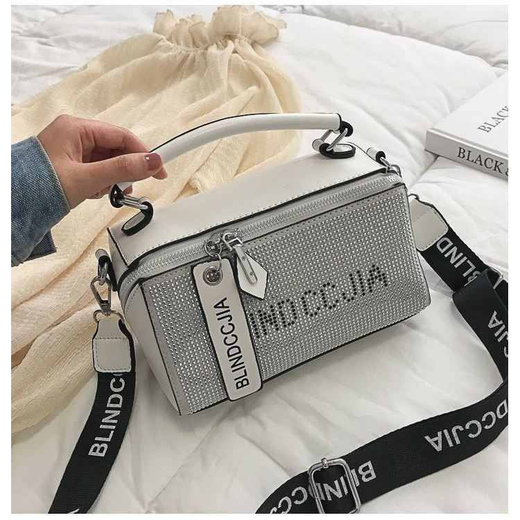 BTH1227 IDR.80.000 MATERIAL PU SIZE L21.5XH13.5XW9CM WEIGHT 550GR COLOR WHITE