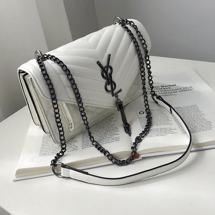 BTH134340 IDR.70.000 MATERIAL PU SIZE L23.5XH15XW9CM WEIGHT 550GR COLOR WHITE