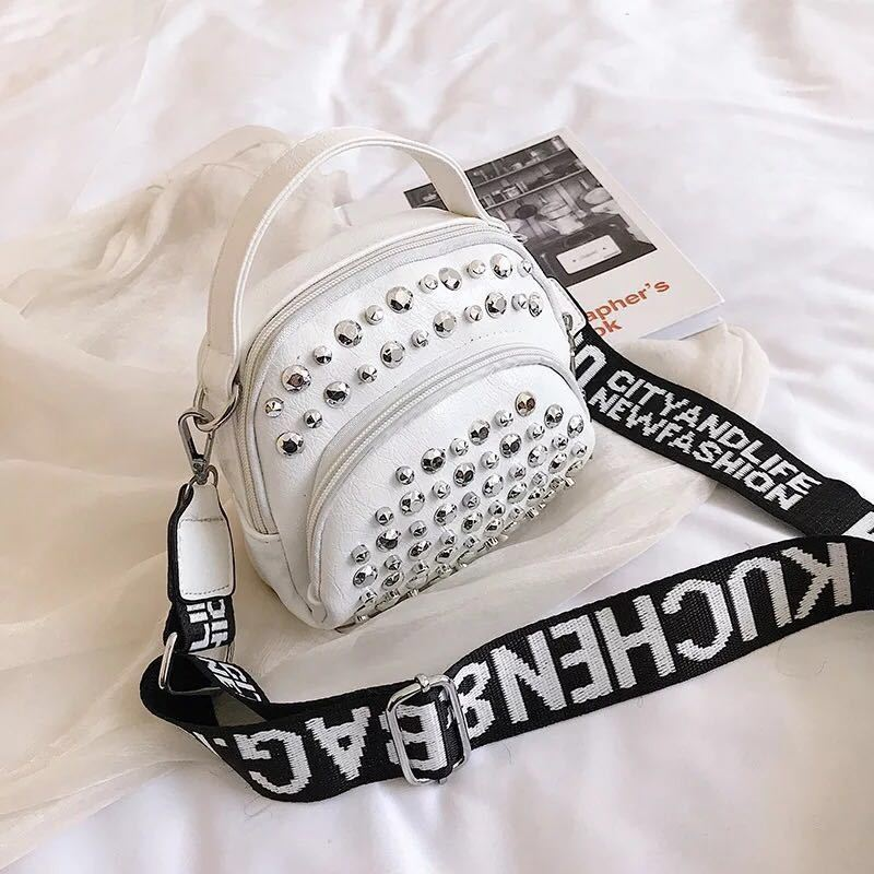 BTH15542 JKT IDR.54.000 MATERIAL PU SIZE L16XH15XW5CM WEIGHT 350GR COLOR WHITE