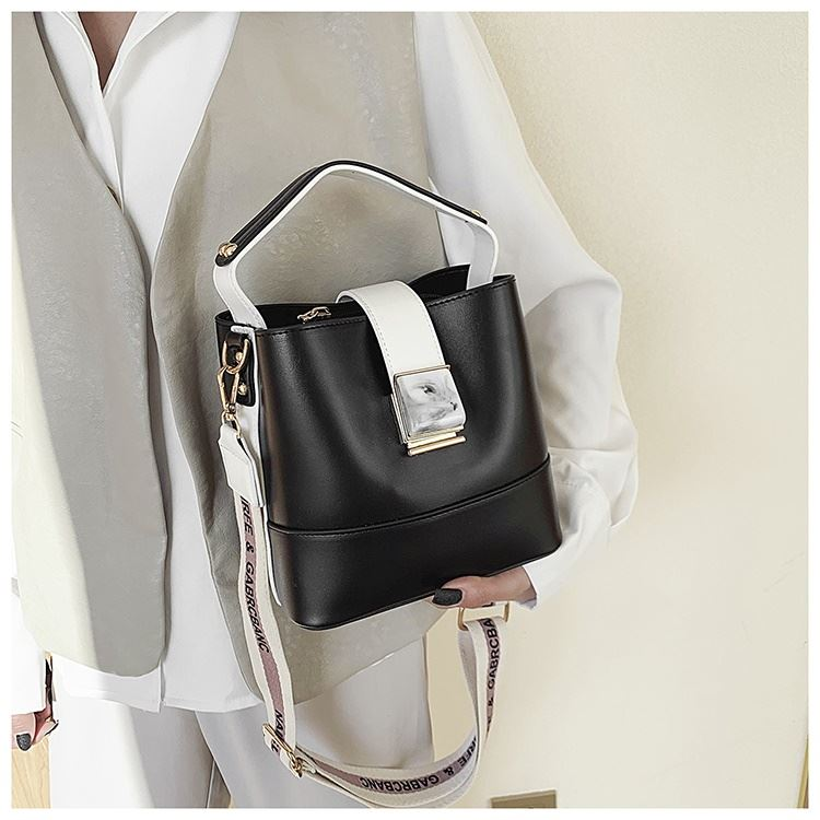 BTH15856 JKT IDR.95.000 MATERIAL PU SIZE L19XH19XW12CM WEIGHT 600GR COLOR BLACK
