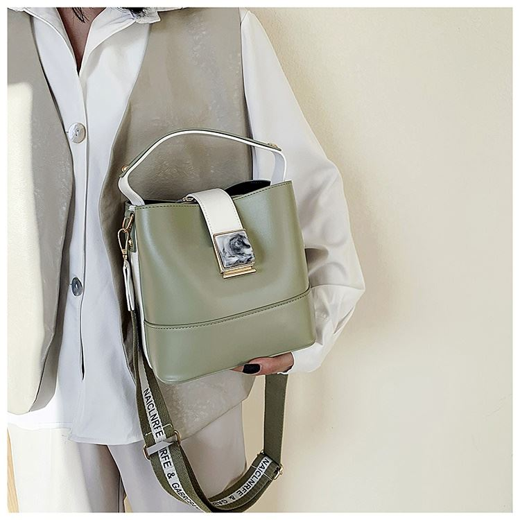 BTH15856 JKT IDR.95.000 MATERIAL PU SIZE L19XH19XW12CM WEIGHT 600GR COLOR GREEN